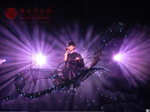 图文:王菲新加坡开唱-背景舞台绚丽